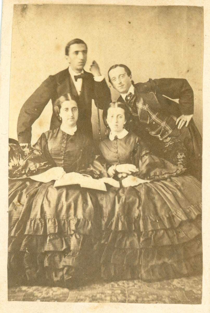 Manuela, Isabel, Javier y Luis Elio