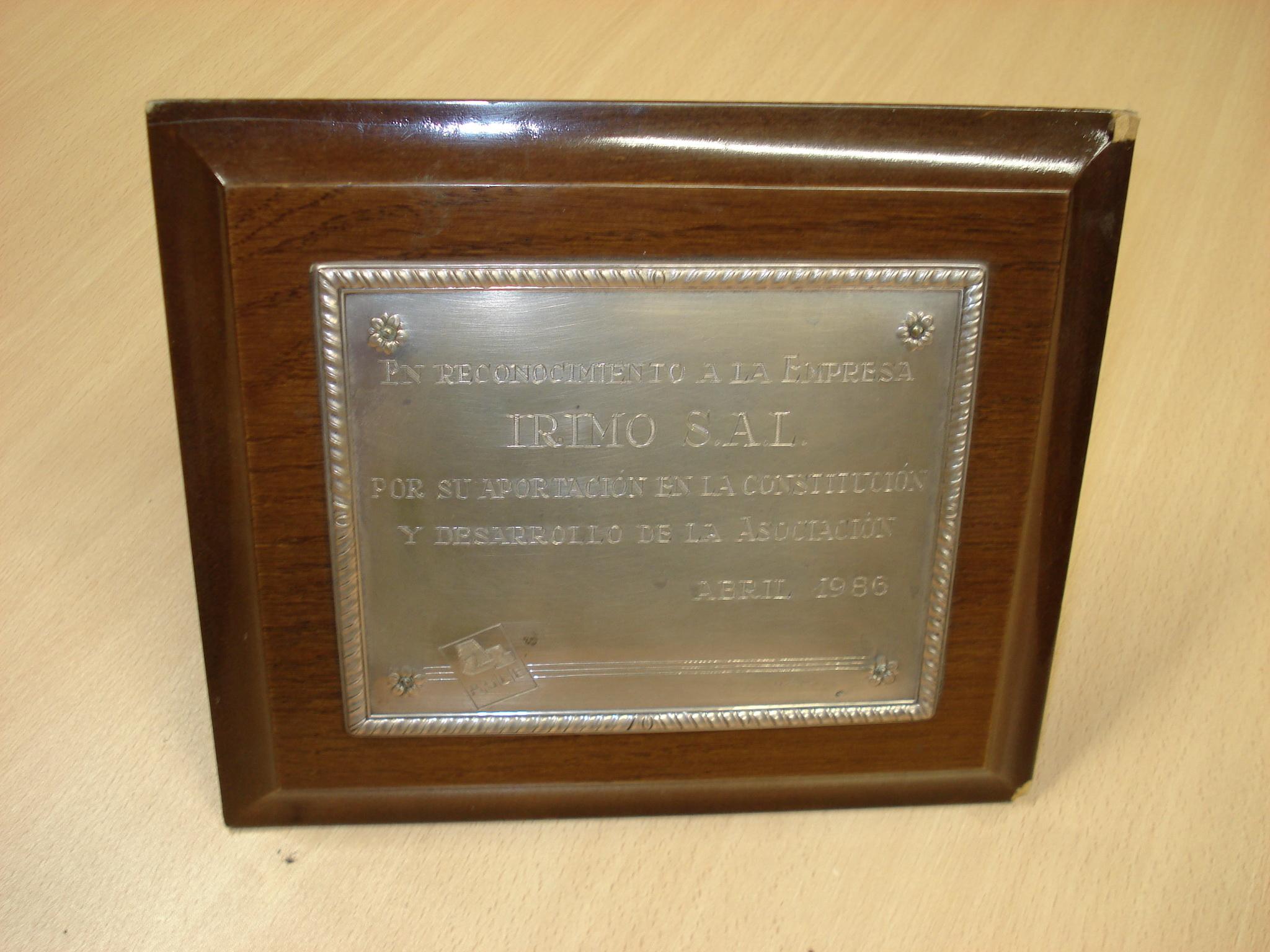 Placa en reconocimiento a la empresa IRIMO