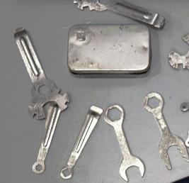 Caja de recambios y varias llaves