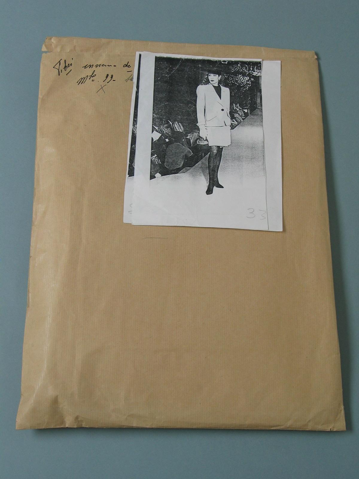 Sobre con patrón en papel de modelo de Yves Saint Laurent