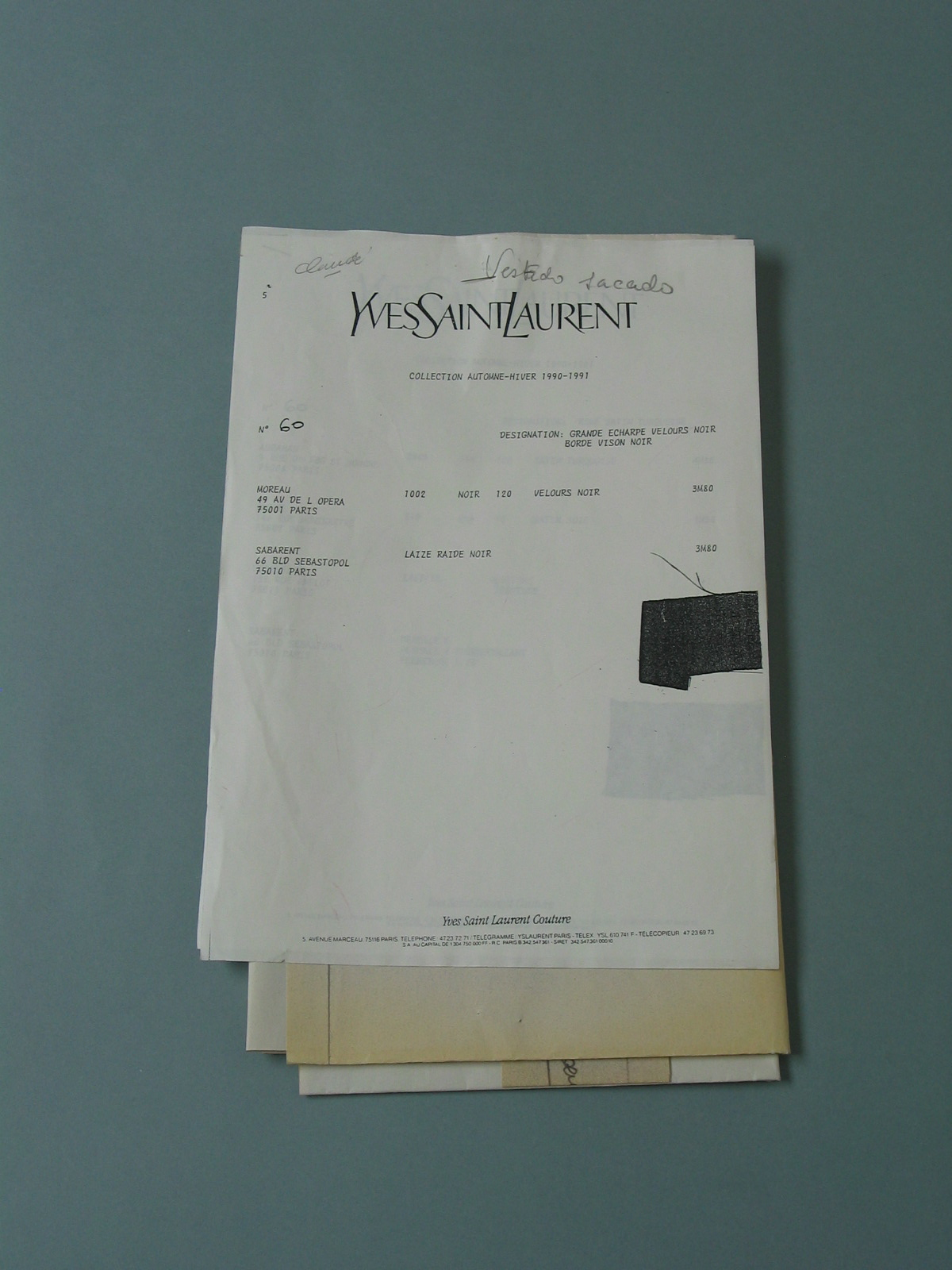 Patrón en papel de modelo de Yves Saint Laurent