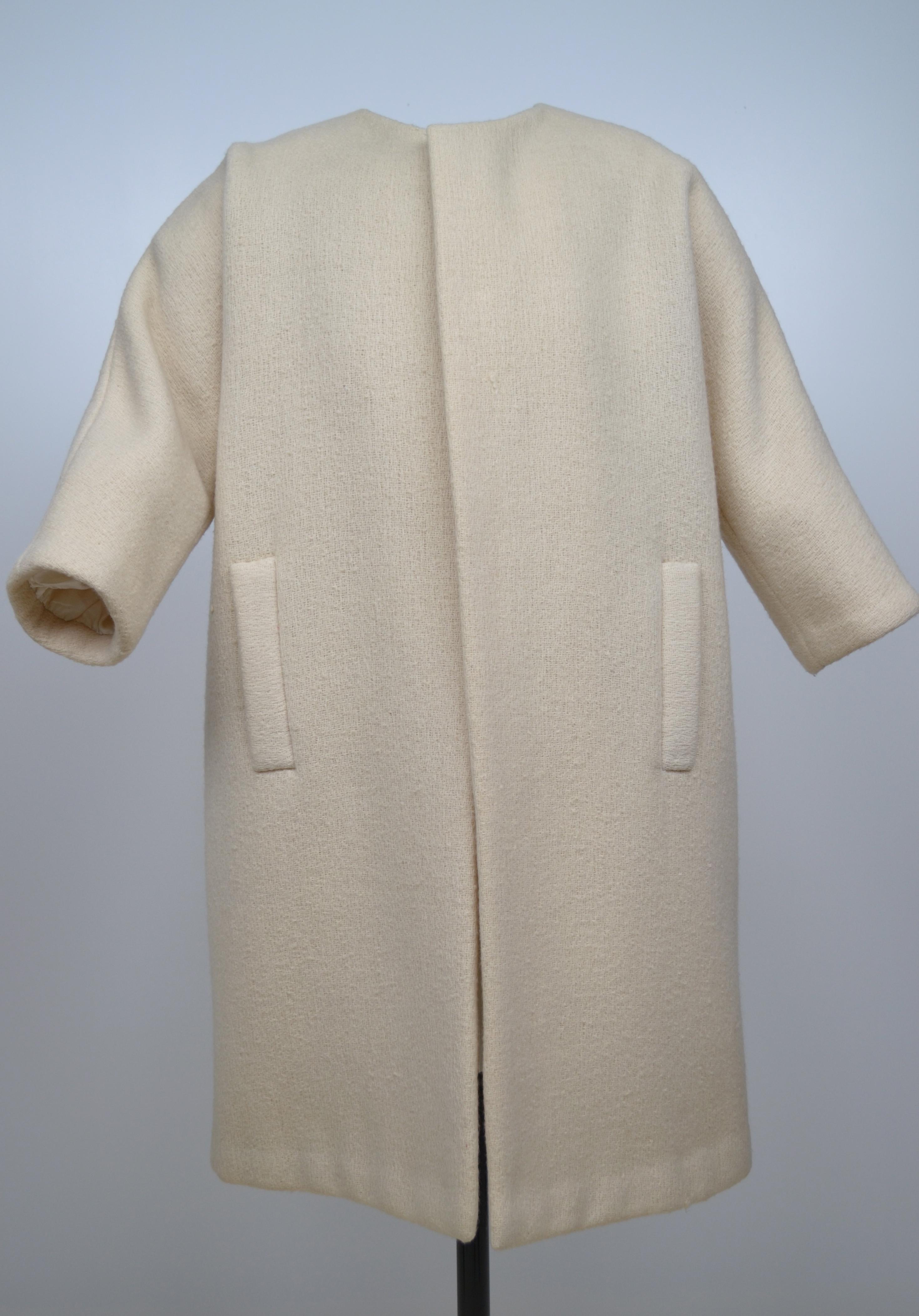 Abrigo de lana beis con cuello caja y manga japonesa