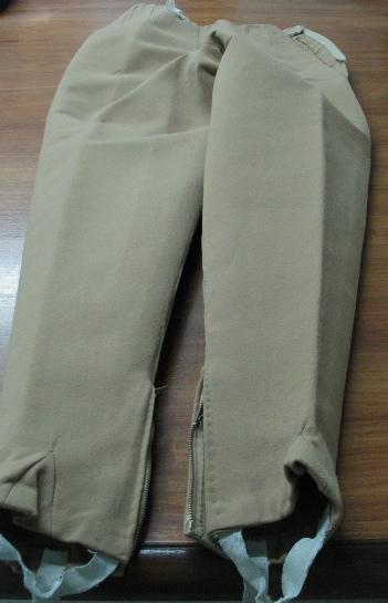 Pantalón pitillo en sarga color arena