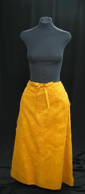 Falda de raso amarillo con sobrefalda de tul con bordado de chenilla