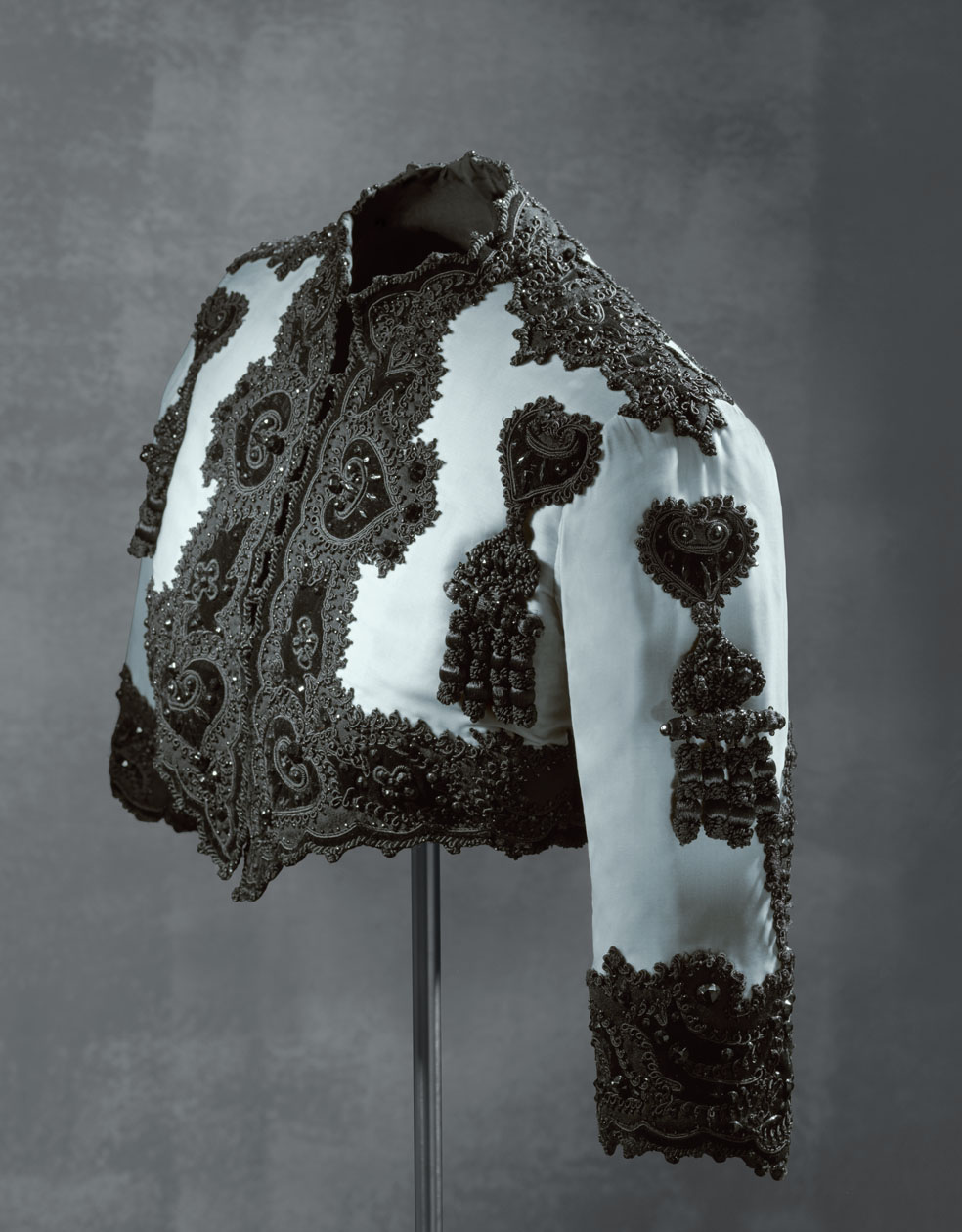 Chaqueta corta en terciopelo de seda azul y decoración con cordoncillo y mostacillas de pasta vítrea