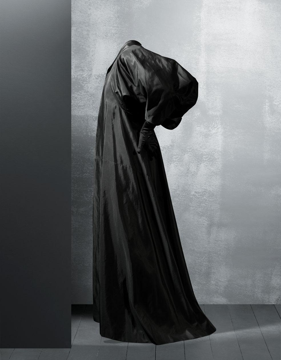 Abrigo de noche en tafetán de seda de color negro