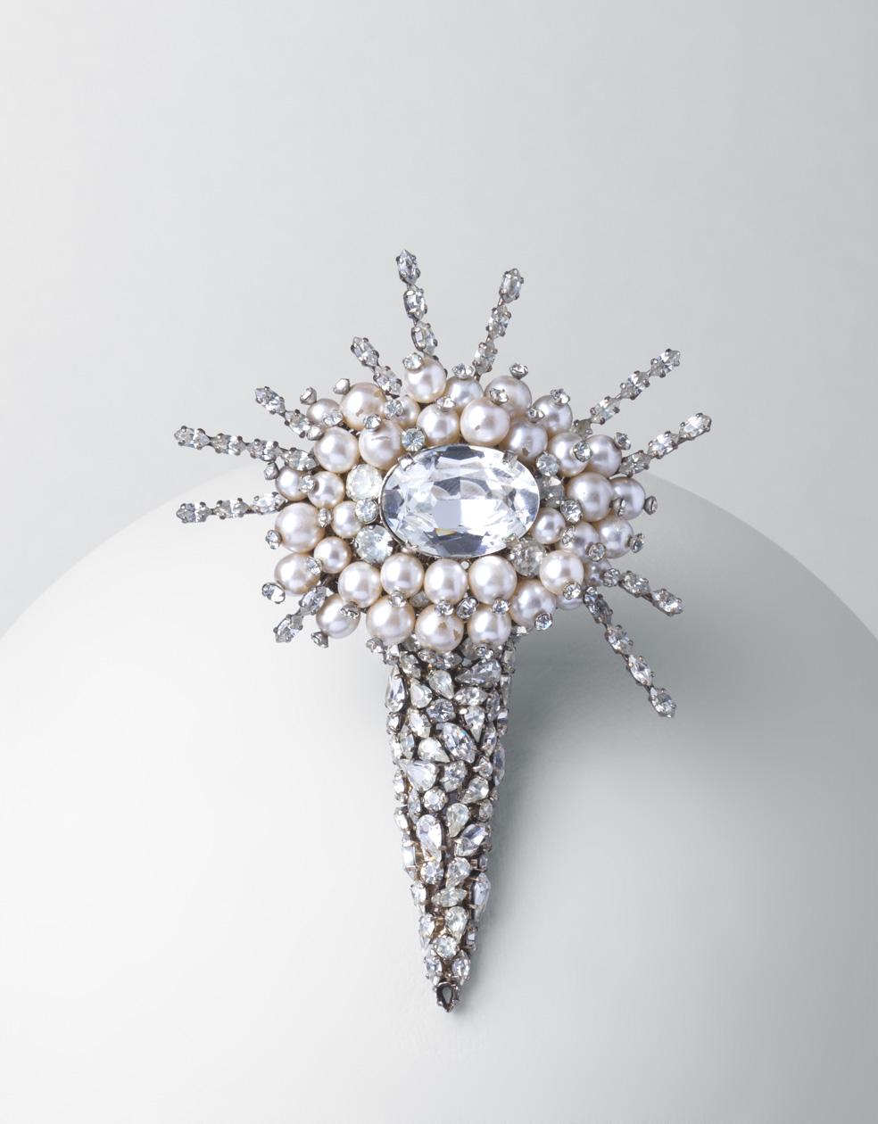 Broche. metal plateado, cristales de Bohemia y perlas esféricas blancas