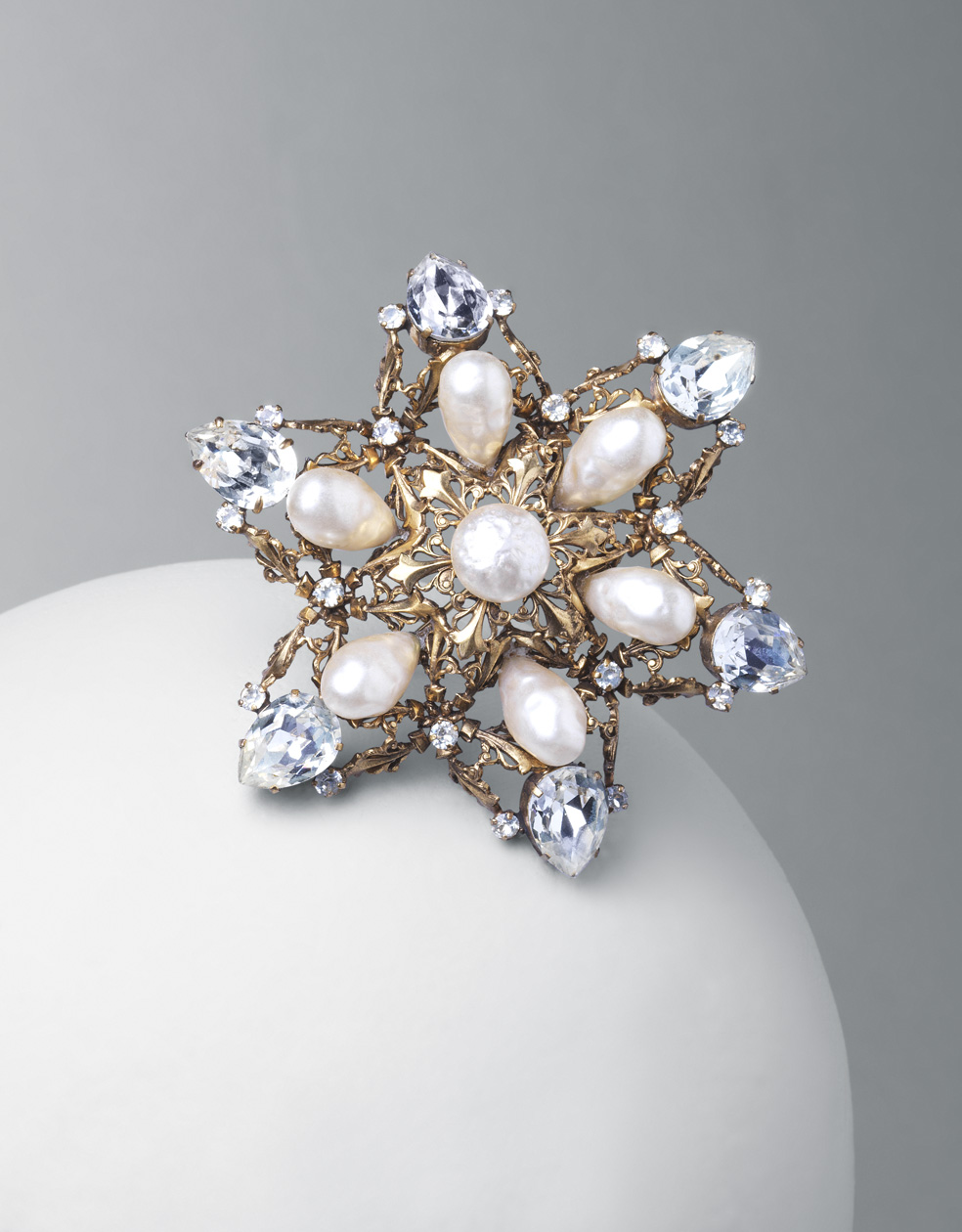 Broche-colgante. Metal dorado, perlas y cristales de Bohemia