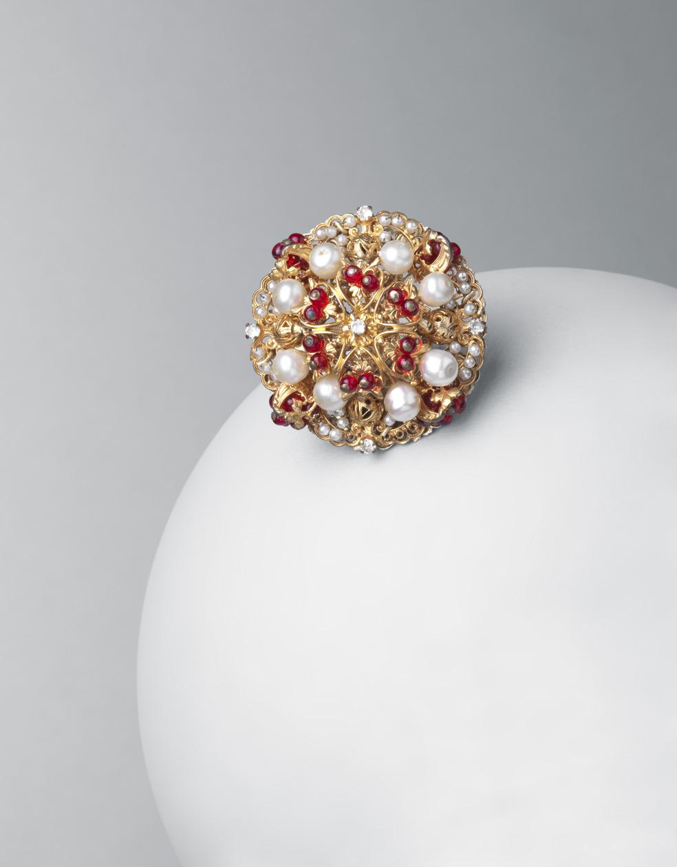 Broche-colgante. Metal dorado, cristales rojos y perlas