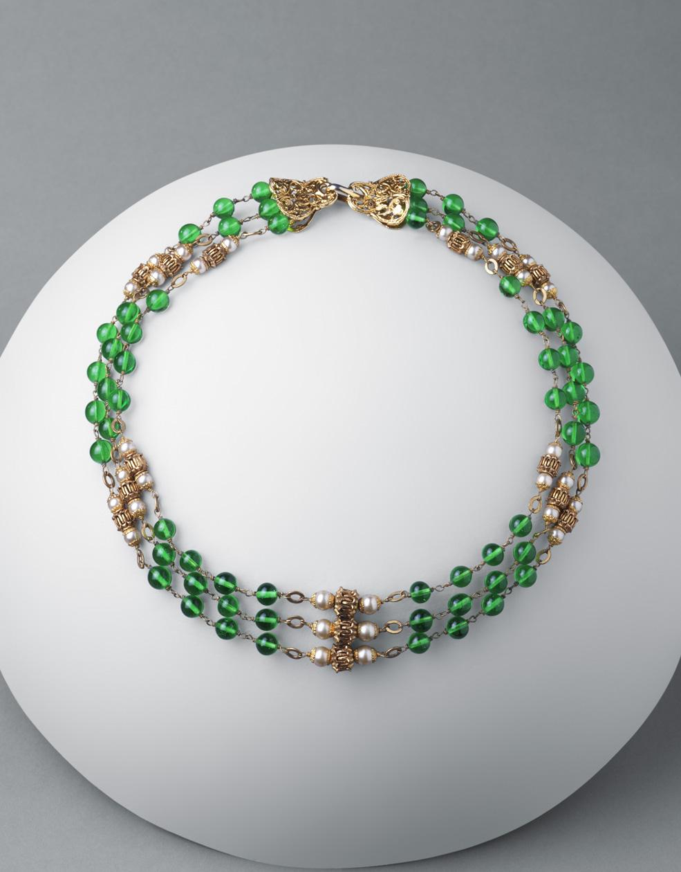Collar. Metal dorado, perlas esféricas y cristales redondos verdes