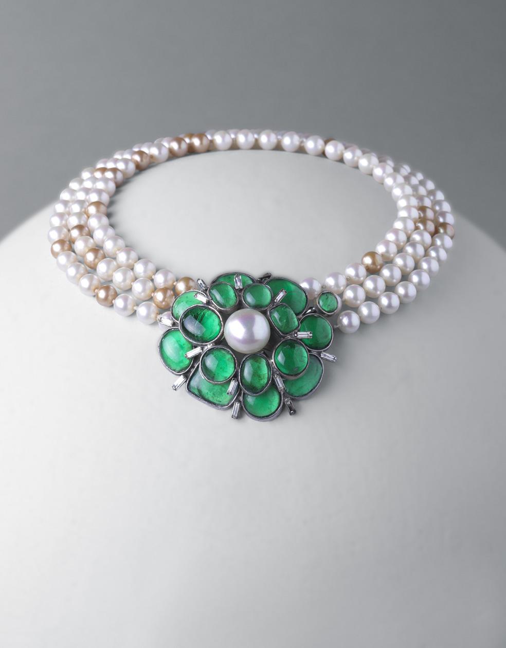 Gargantilla. perlas esféricas en tonos blanco y dorado, pasta de vidrio verde y metal plateado
