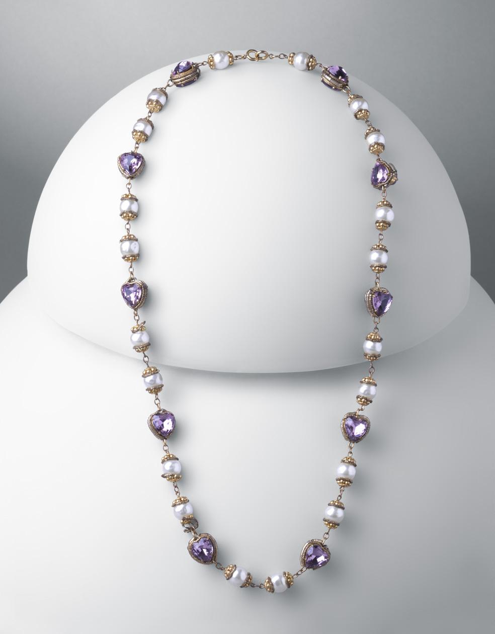 Collar. Metal dorado, piedras de cristal morado y perlas esféricas blancas