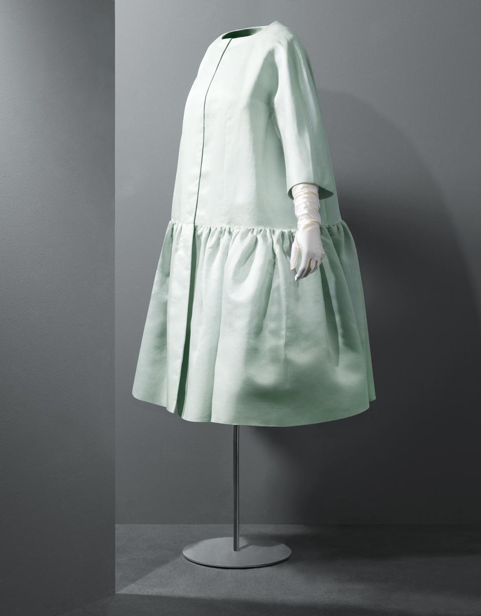 Abrigo corto de coctel en shantung de seda en color verde pastel