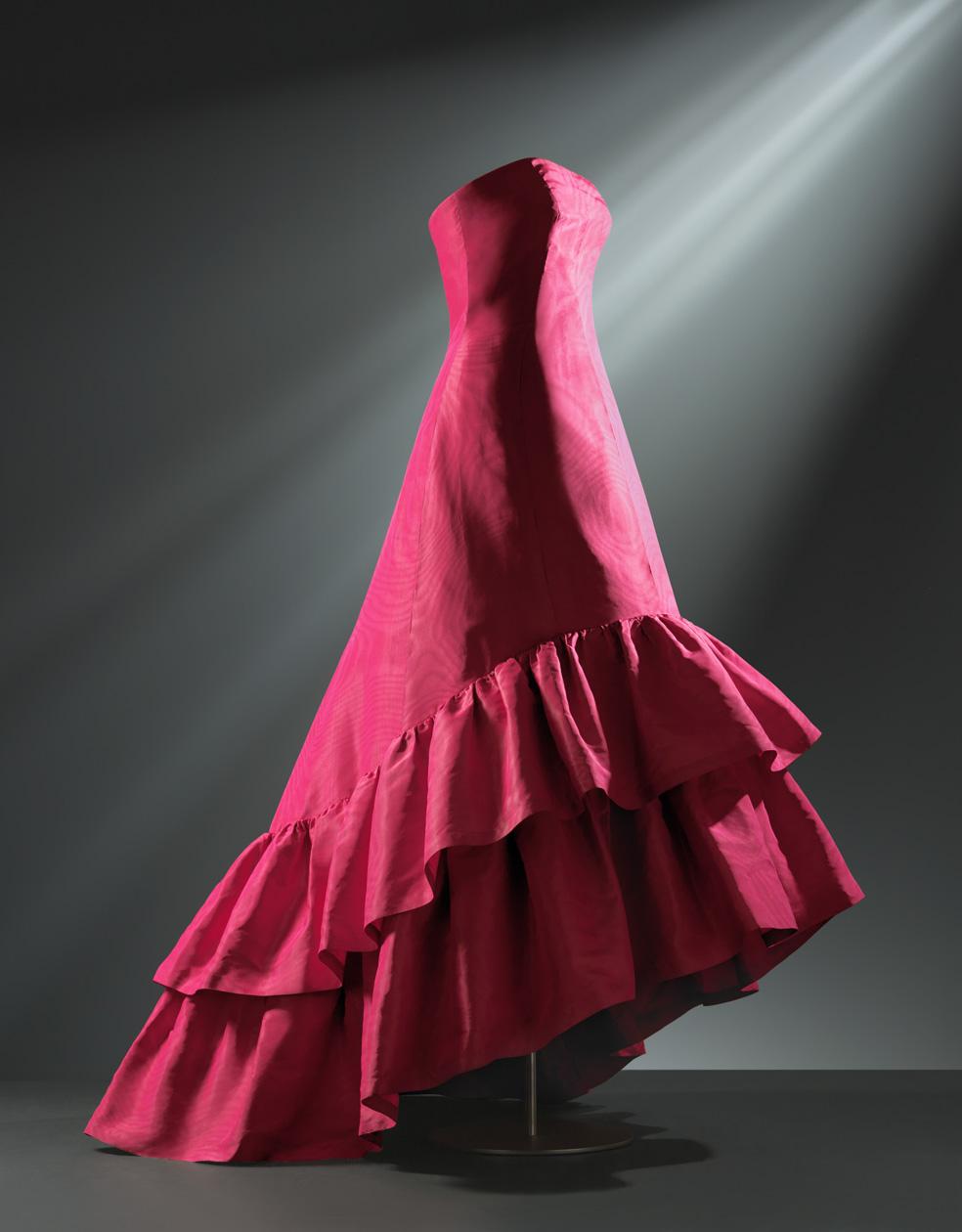 Vestido largo de noche en gros de Nápoles de seda de coor fucsia decorado con efecto moaré
