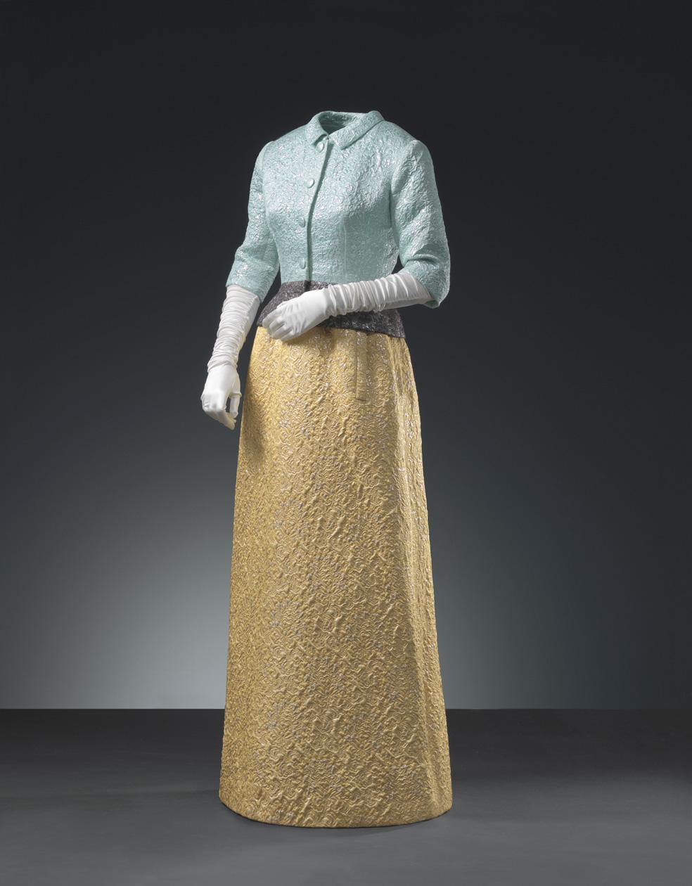 Conjunto de noche compuesto de chaqueta en cloqué de plata con fondo azul y falda en cloqué de plata y oro