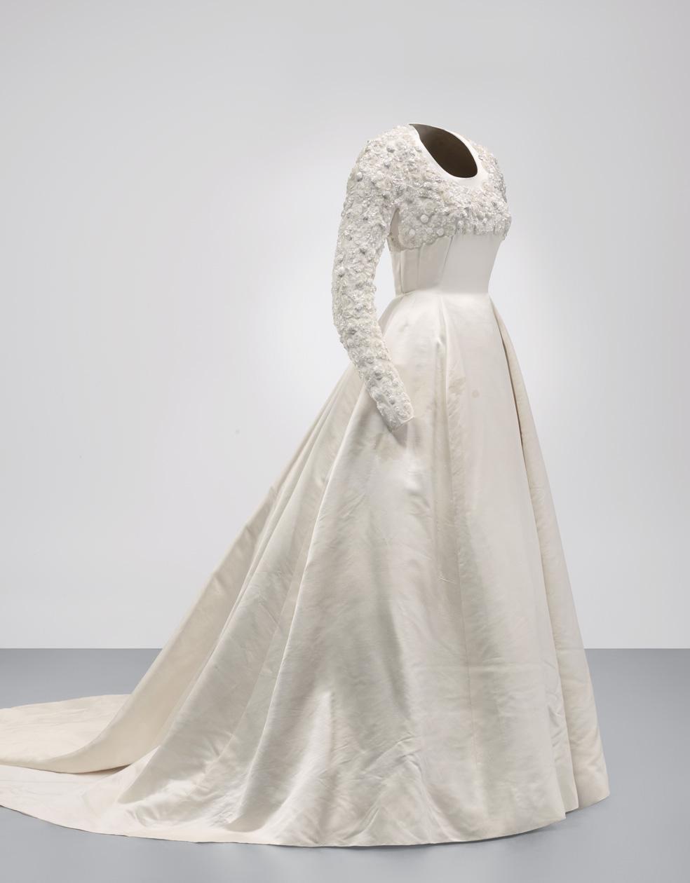 Vestido largo de novia en satén de color marfil