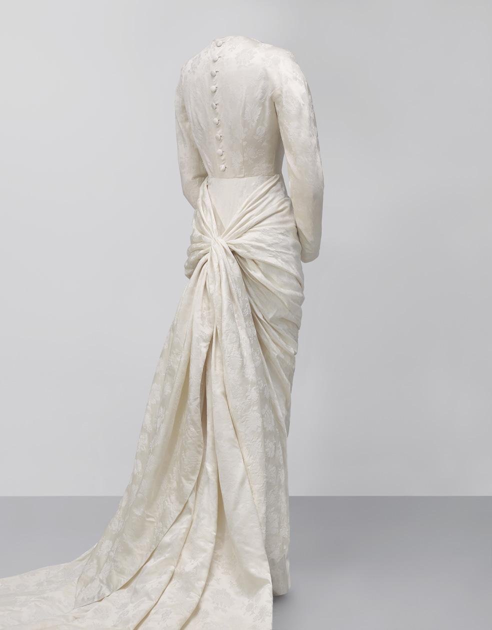 Vestido de novia en damasco de seda en dos tonos color marfil