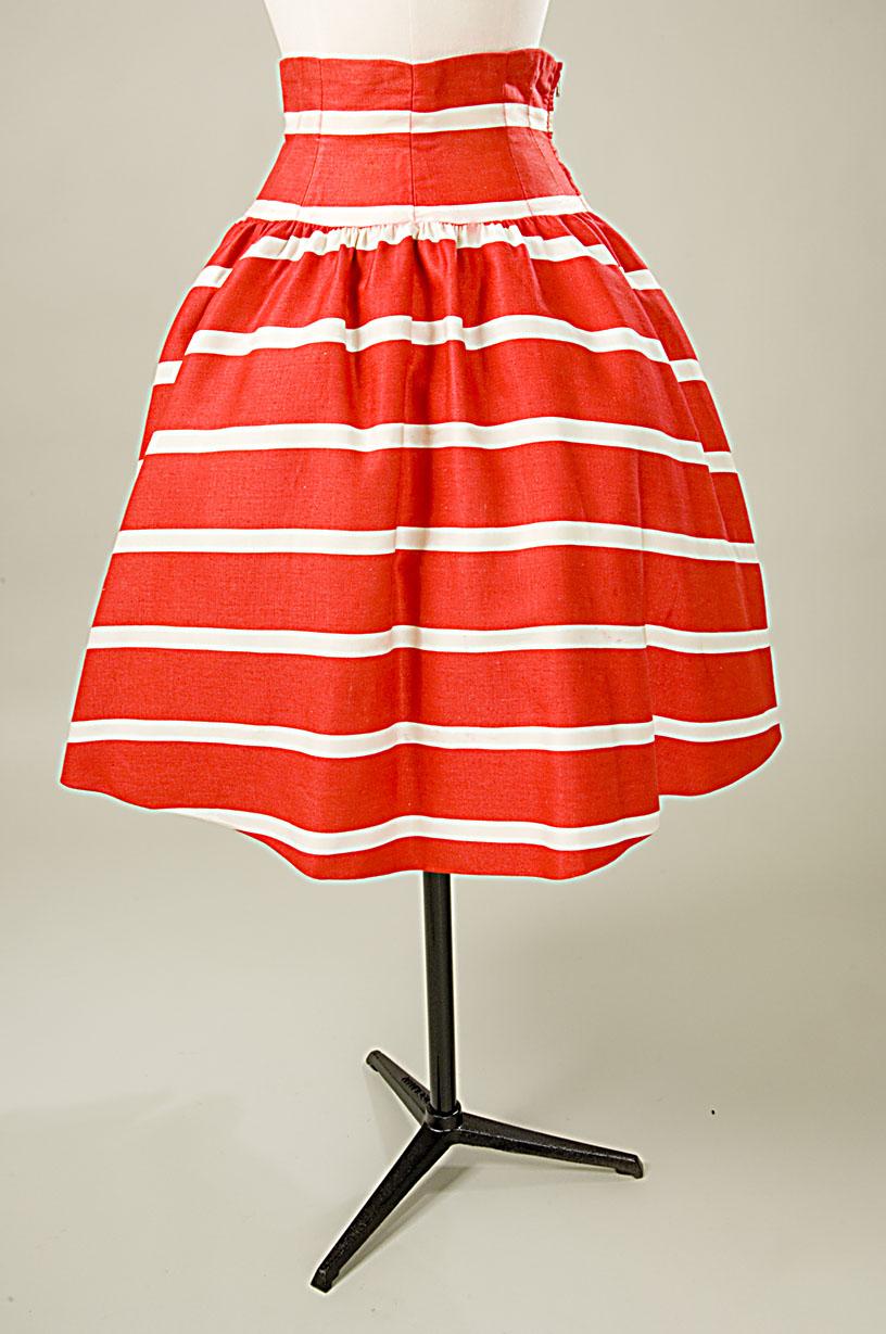 Falda en raso de algodón listado en rojo y blanco