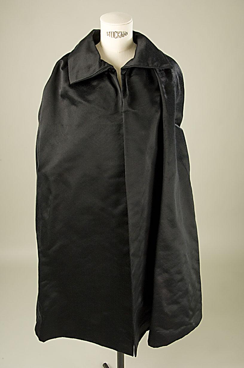 Capa larga de satén negro forrada de shantung negro