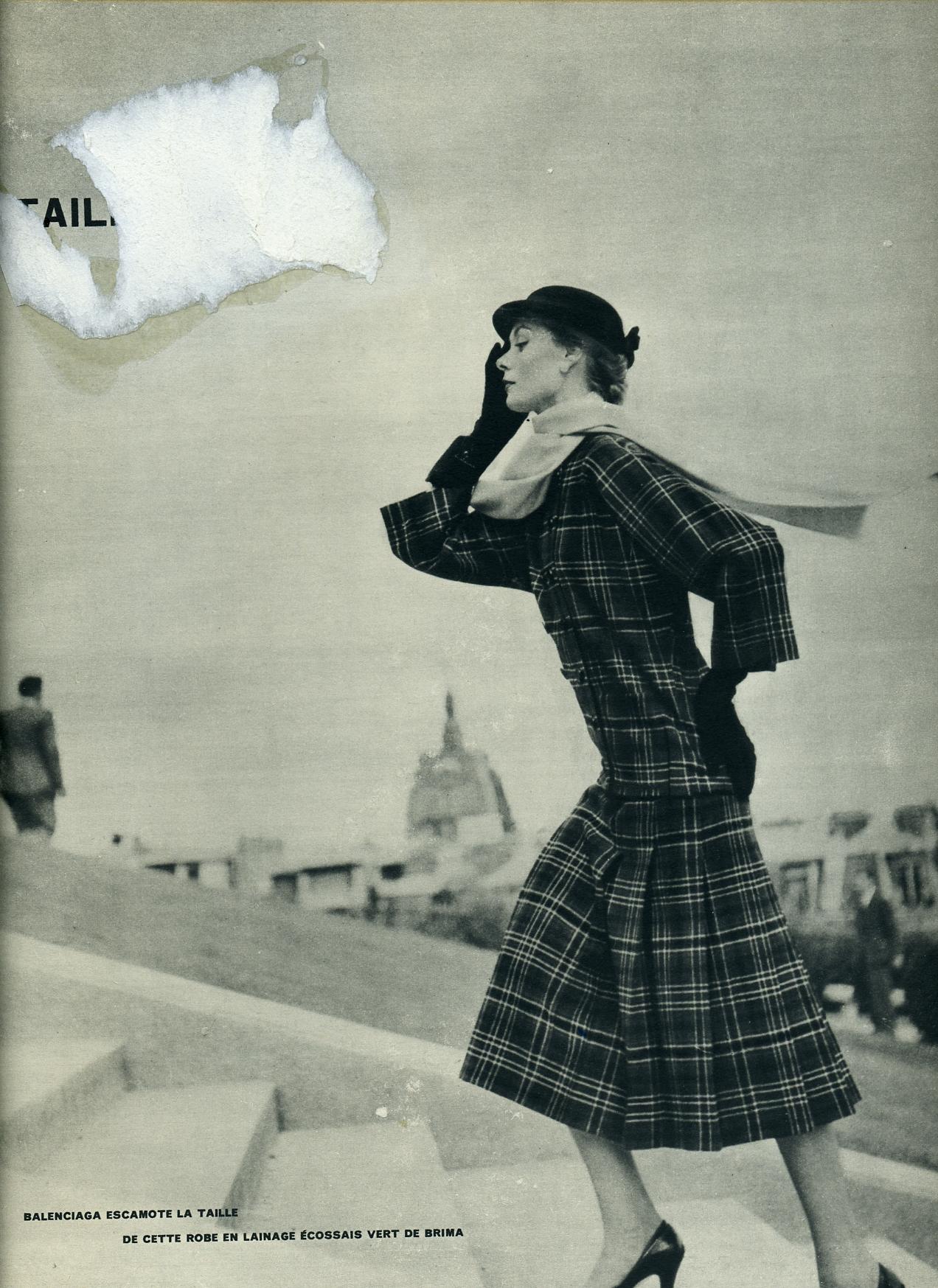 Expositor publicitario con página de revista con fotografía con modelo de Balenciaga