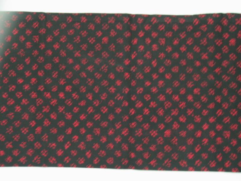 Fular de sarga negra con estampado en rojo
