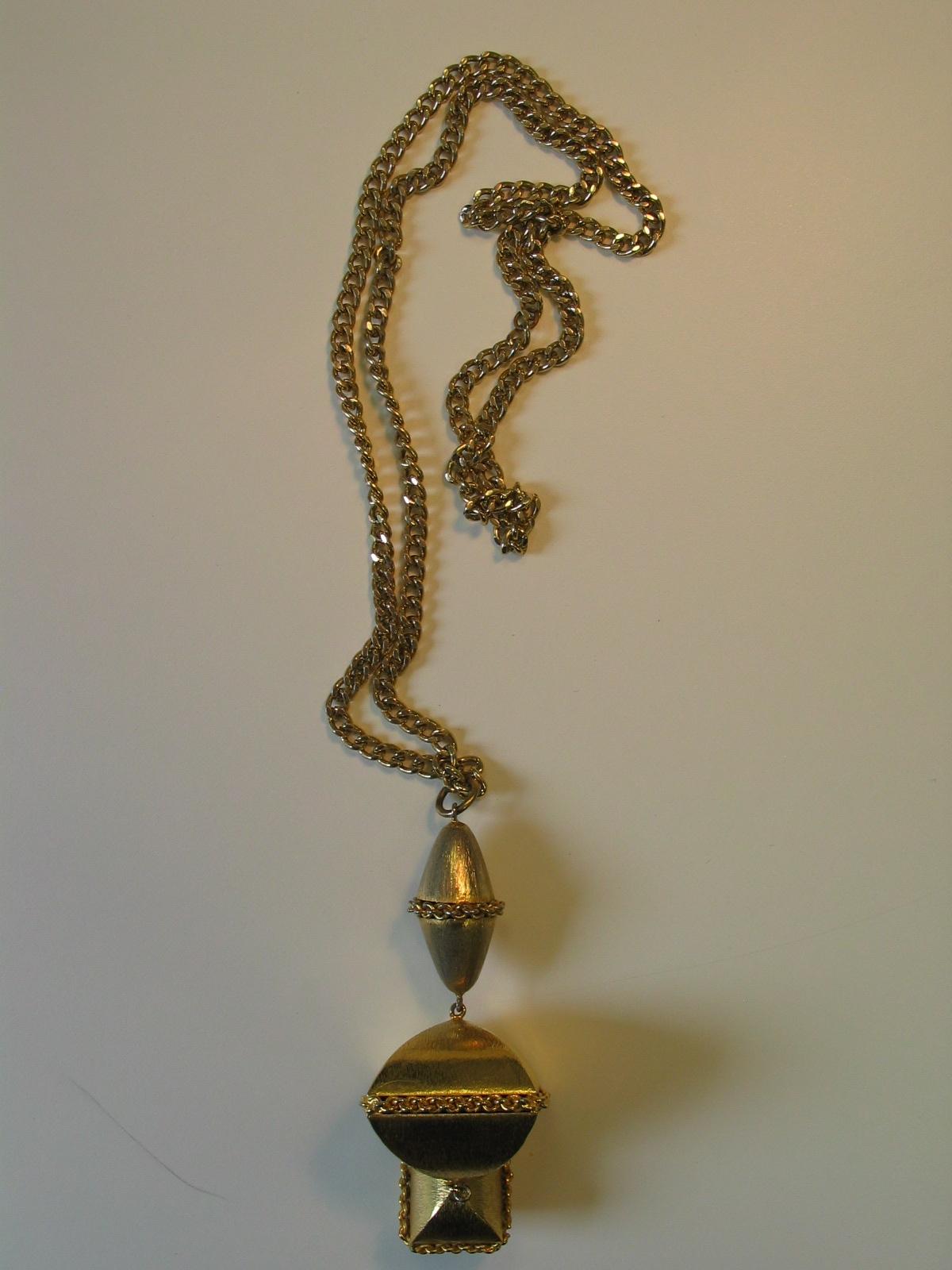 Colgante de tres cuerpos con prismas en metal dorado