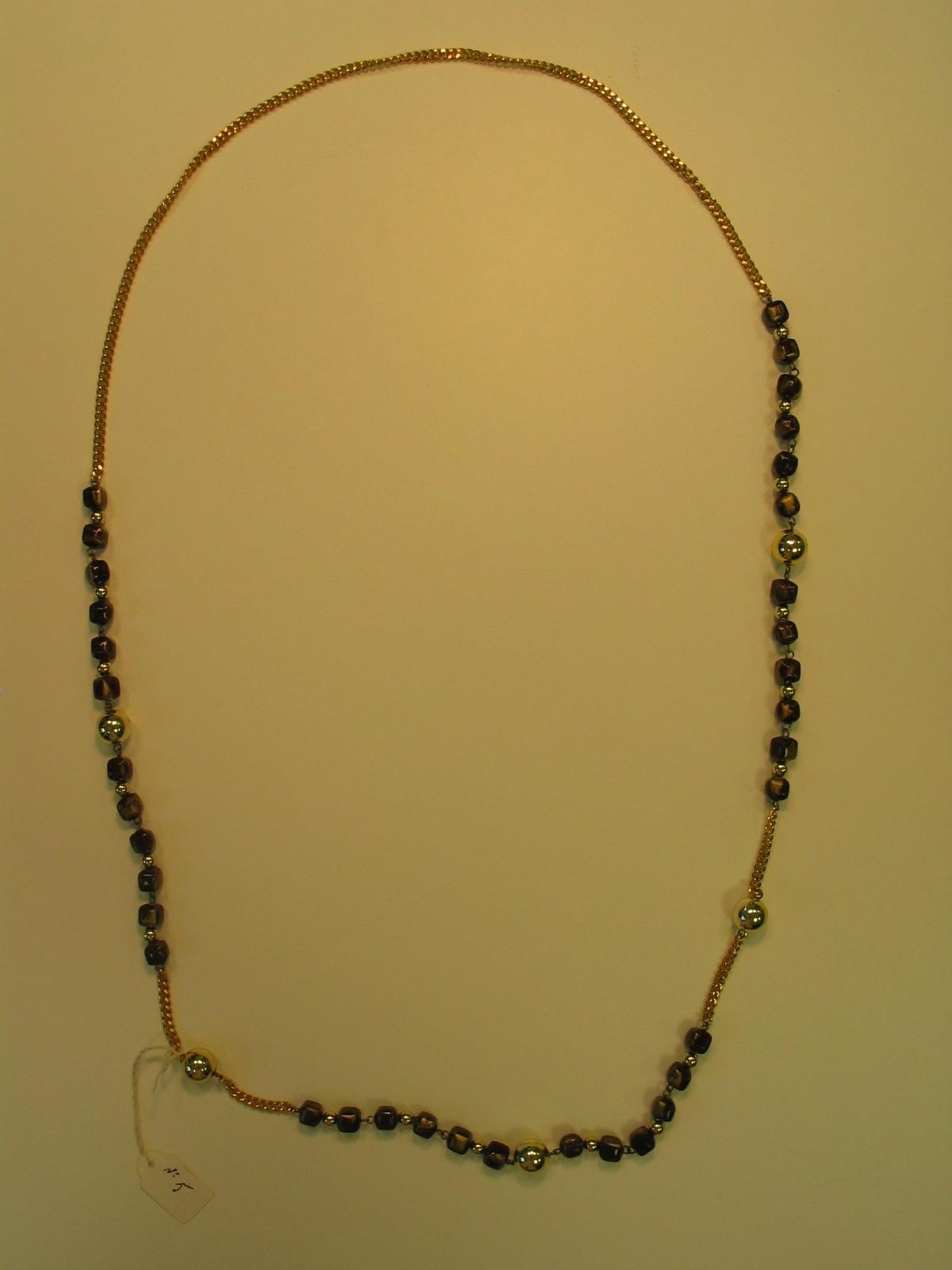 Cinturón a modo de collar tipo sautoir con cadena de metal dorado y bolas doradas y marrones