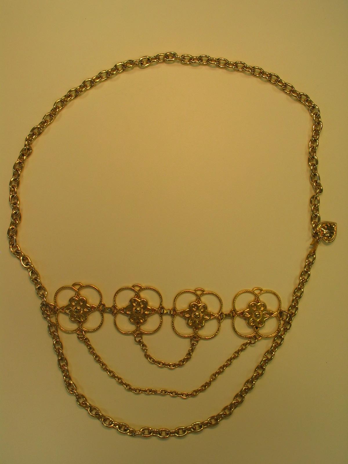 Cadena de bisutería dorada con colgantes para cintura y vientre y corazón en el extremo