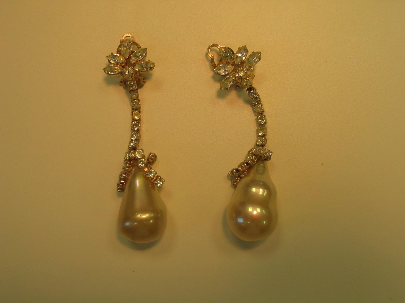 Pendientes con cristales a modo de brillantes acabados en imitación de perla semibarroca
