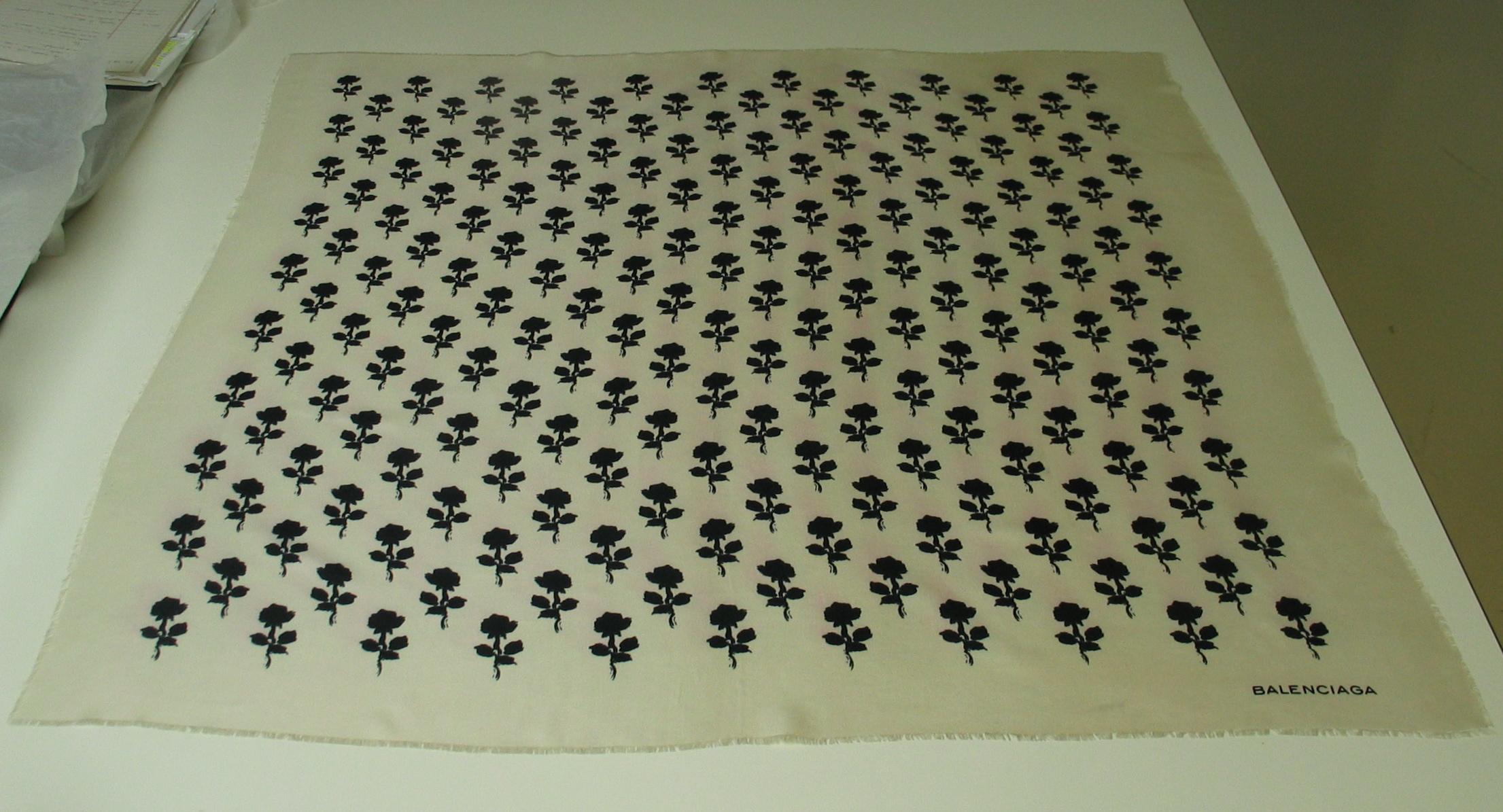 Pañuelo de seda blanco con estampación en negro de rosas con tallo largo