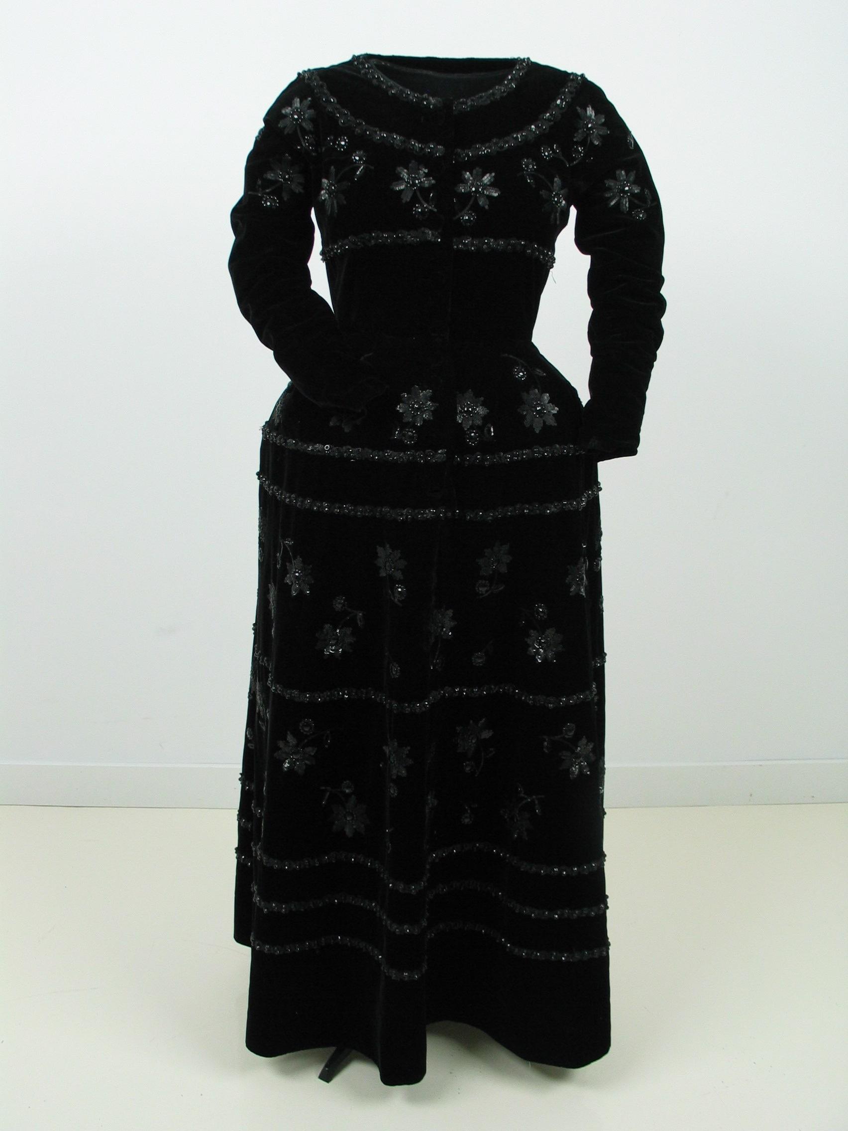 Vestido de noche en terciopelo negro con aplicación de lentejuelas y abalorios simil azabache.