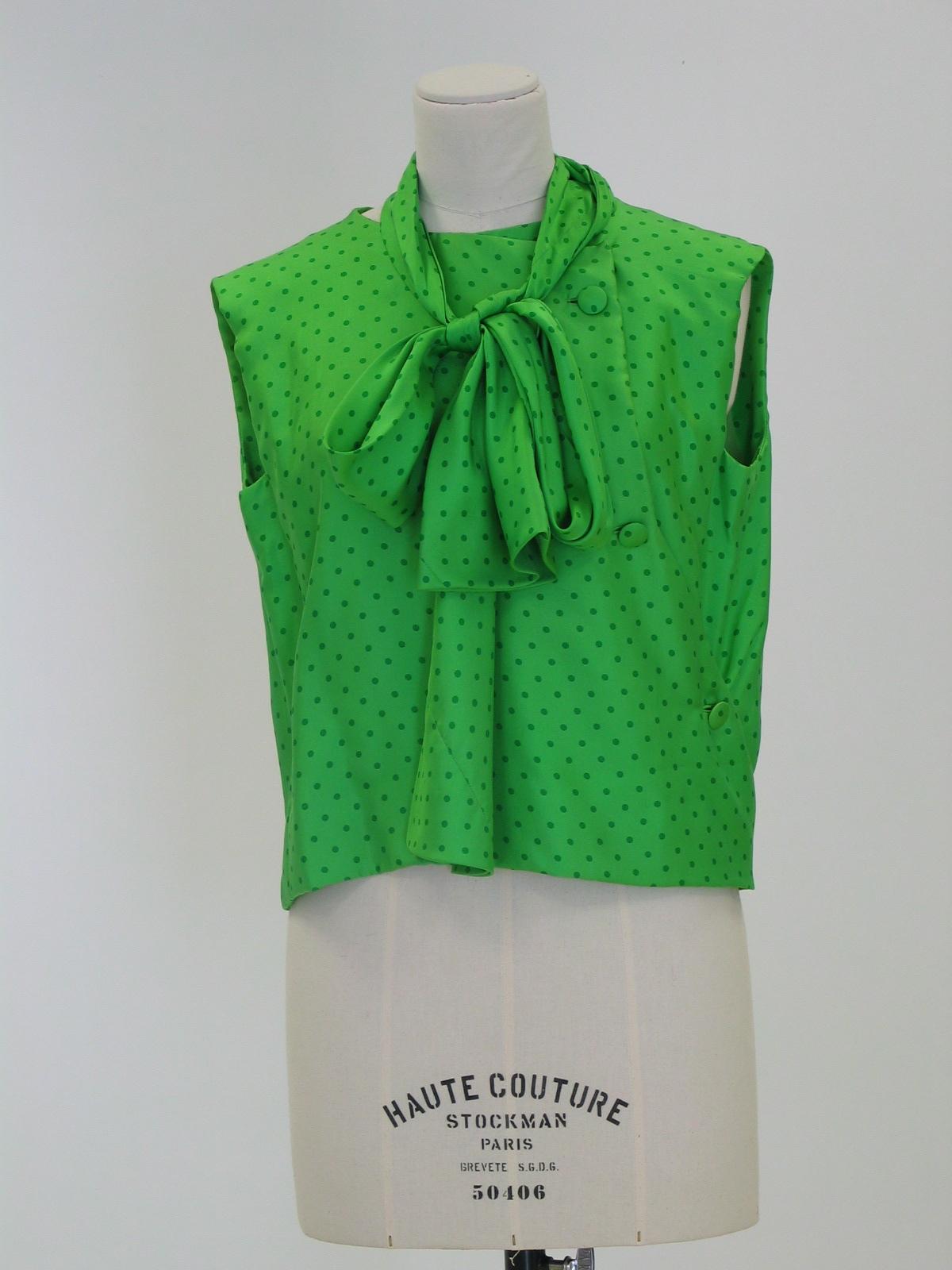 Blusa en  seda verde con topos verdes más oscuros.