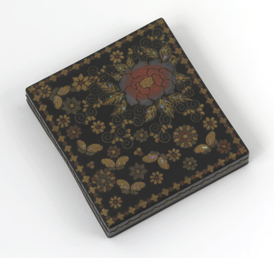Caja con motivos florales y mariposas