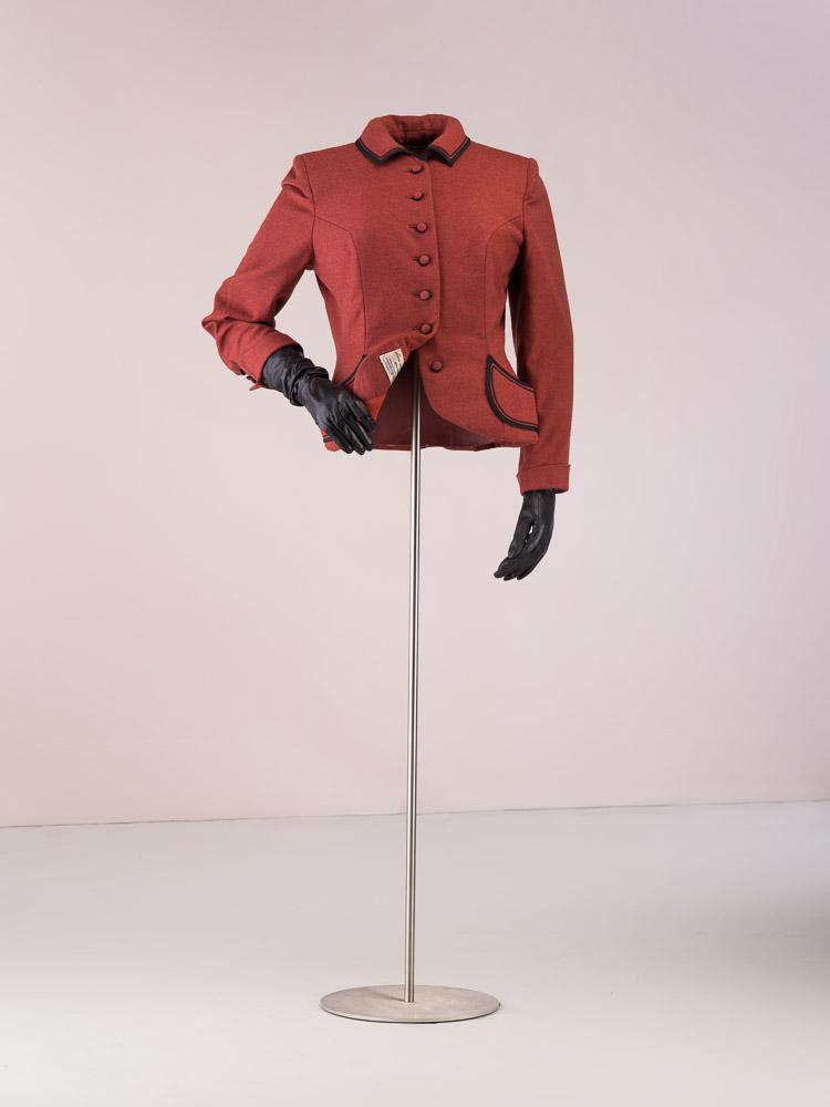 Chaqueta en lana marron con ribetes negros.