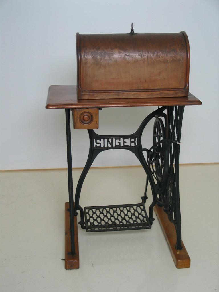 Maquina de coser de costurera de Balenciaga
