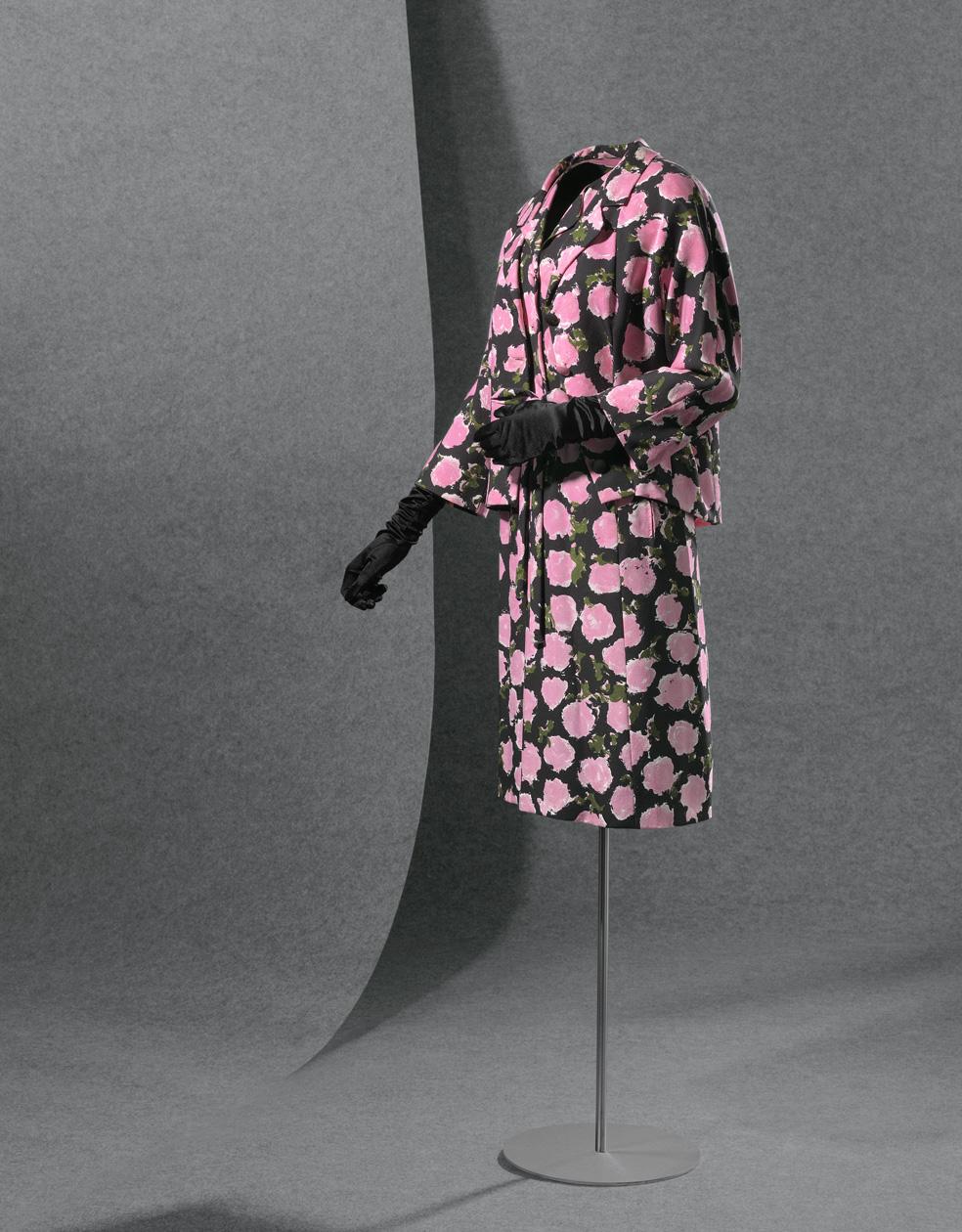 Chaqueta y vestido en sarga batavia con decoración estampada en rosa, verde y negro que dibujan motivos florales