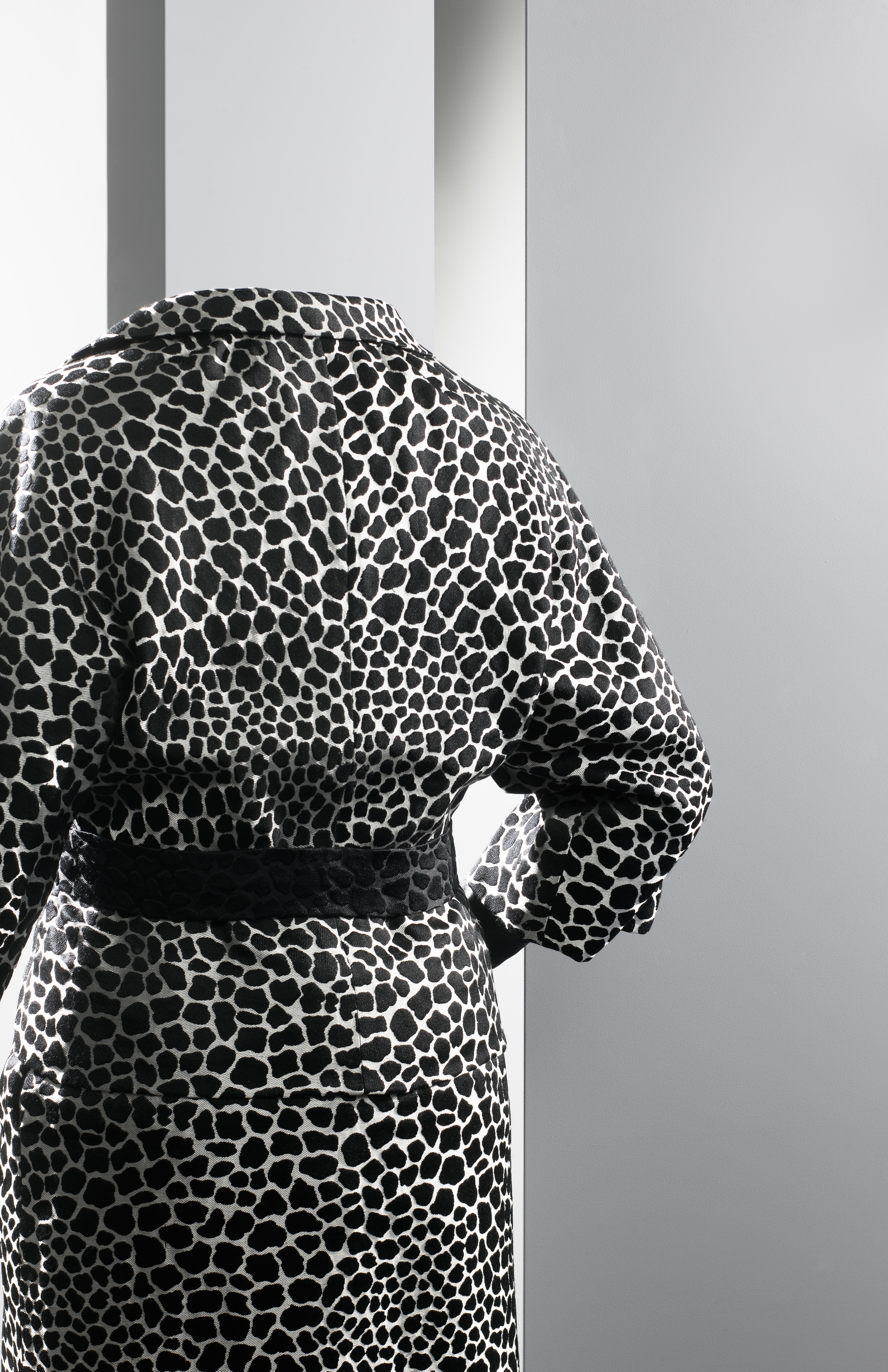 Traje de chaqueta en adamascado bicolor blanco y negro