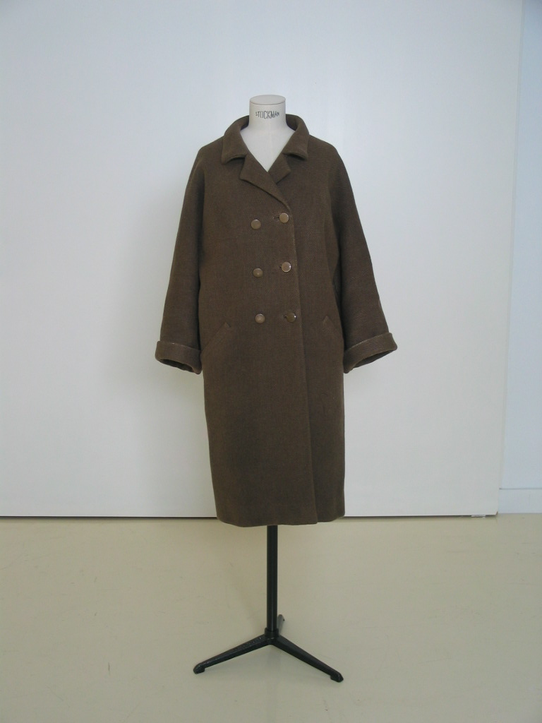Abrigo en sarga marrón tabaco, de botonadura doble.