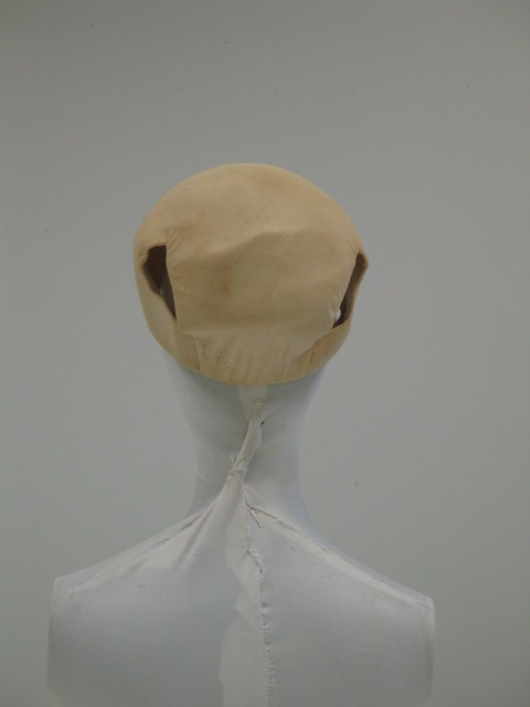 Tocado en algodón marfil con dos orificios.