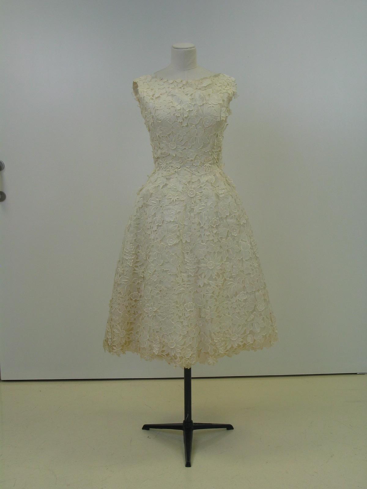 Vestido de cóctel en bordado ingles de flores.