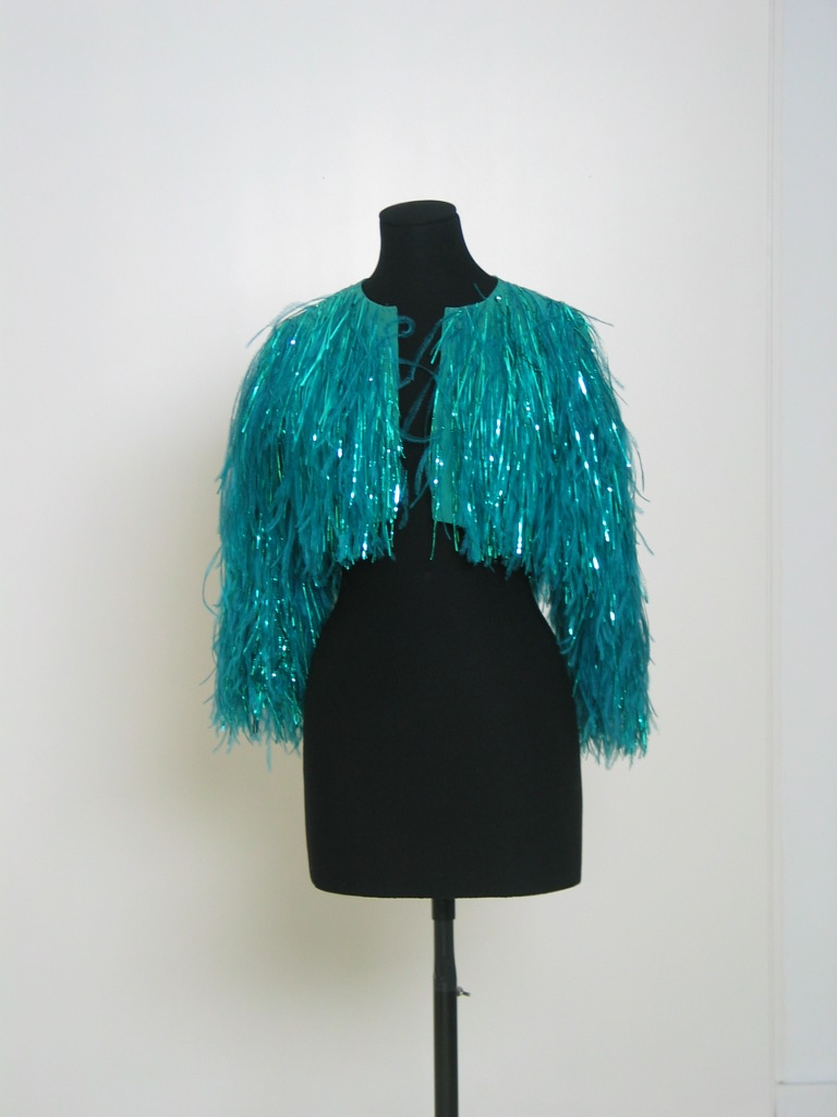Bolero de organza turquesa con plumas y cintas