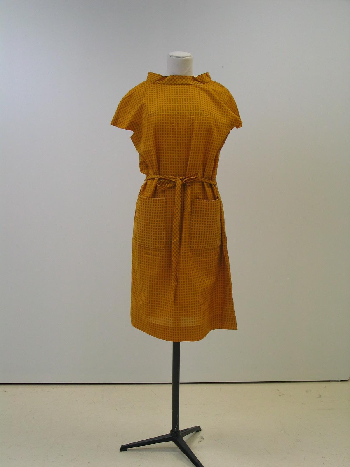 Vestido de  verano, en algodón estampado mostaza.