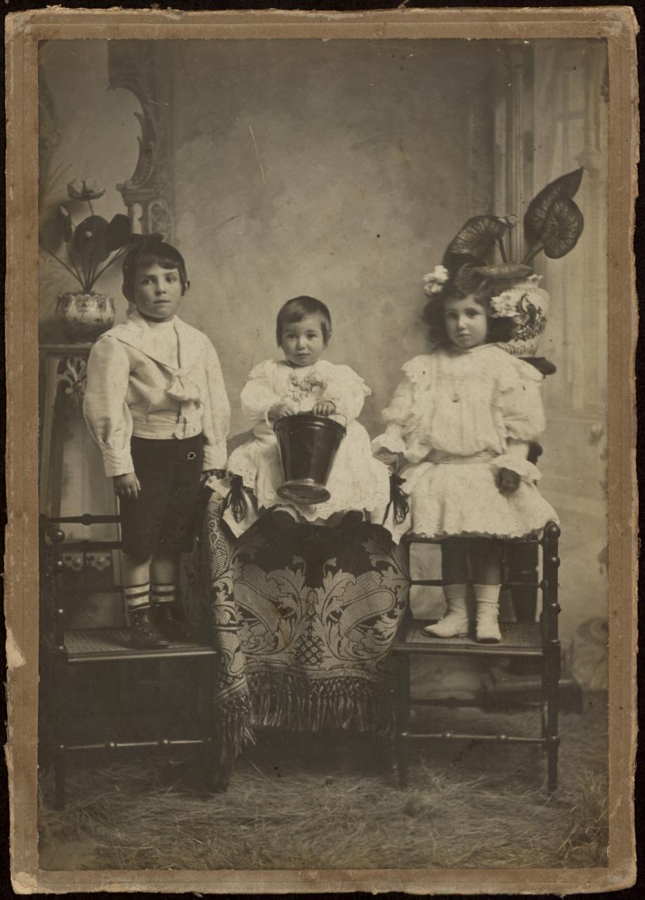Retrato en estudio de tres niños