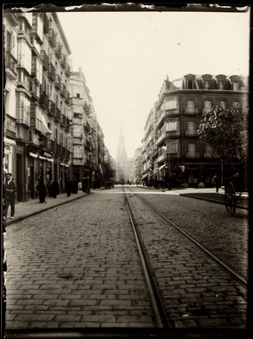 Linea de tranvía en la calle Hernani de San Sebastián