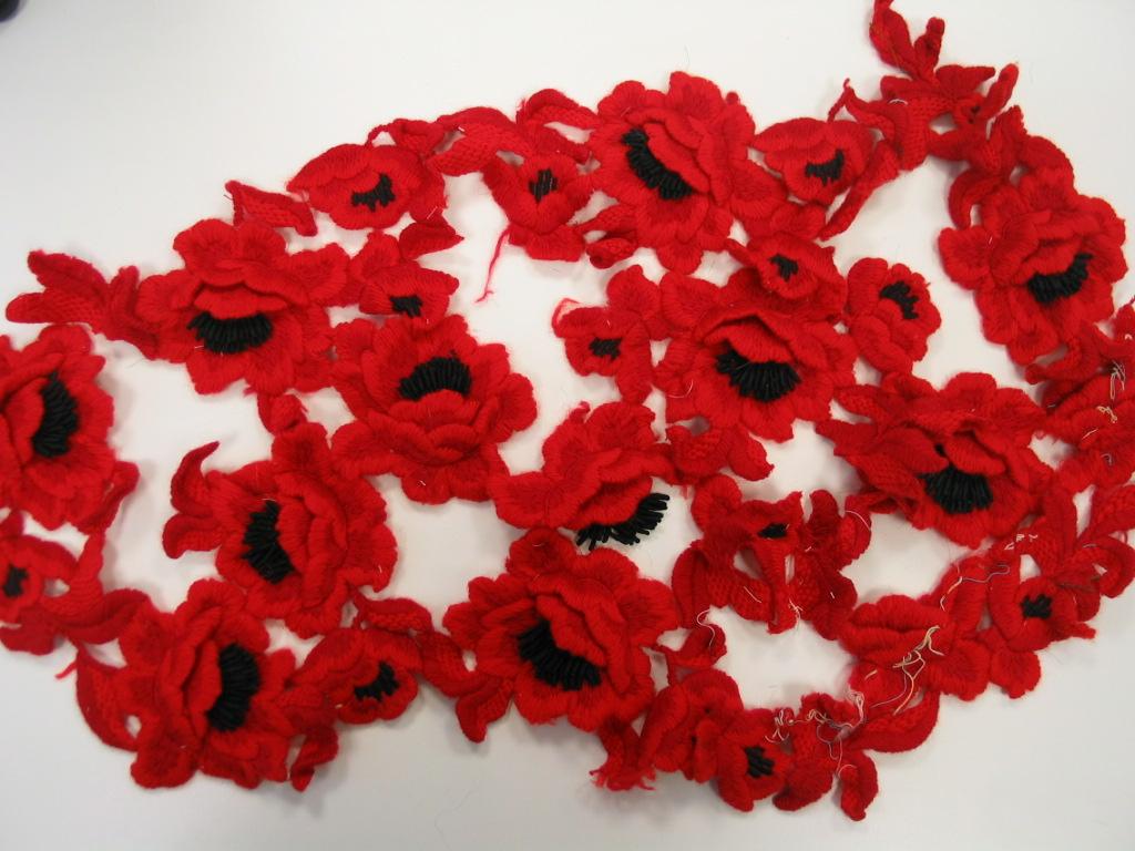 Fragmentos de bordado de apliación. motivos florales