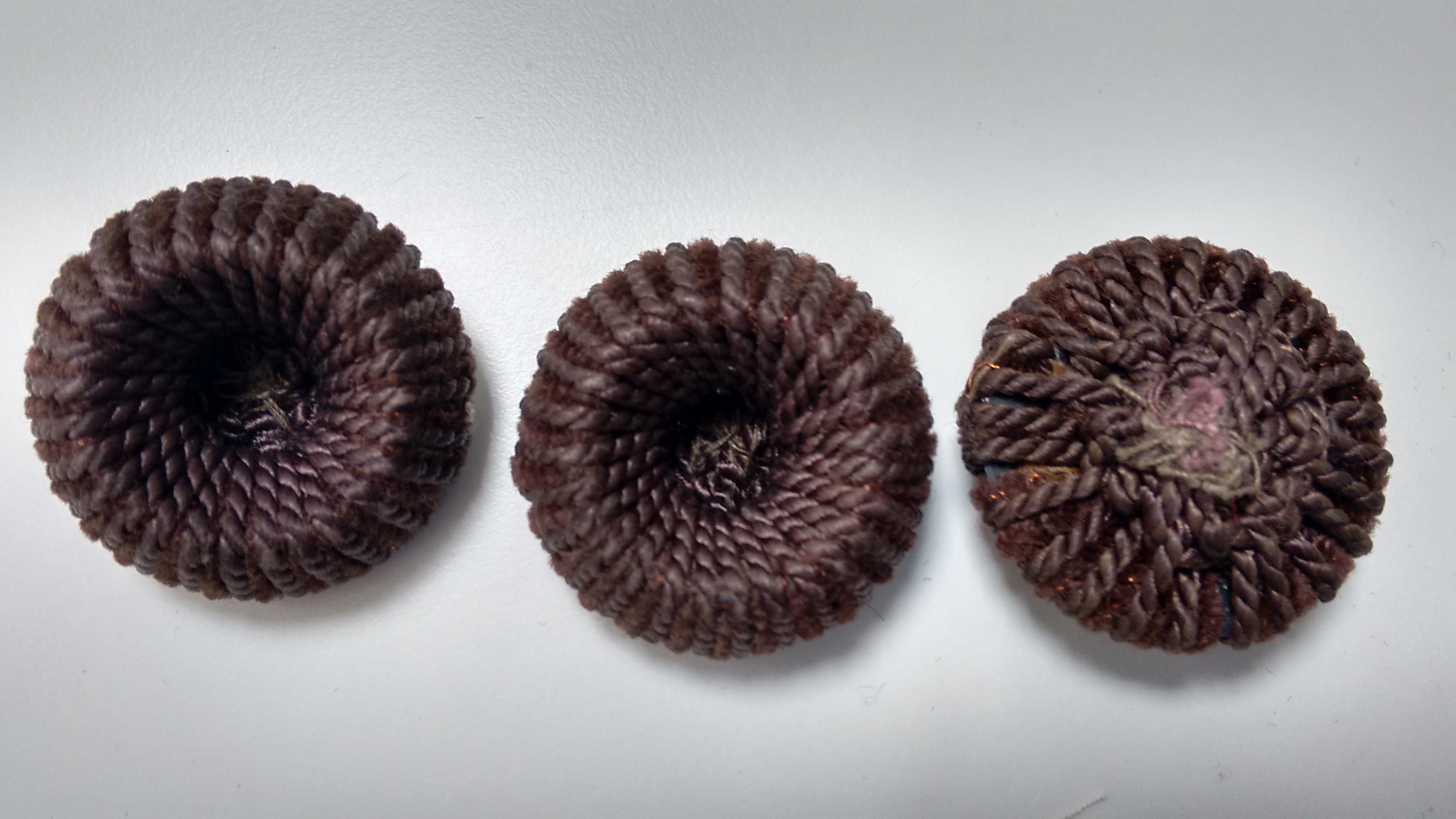 Botones  de cordoncillo marrón.