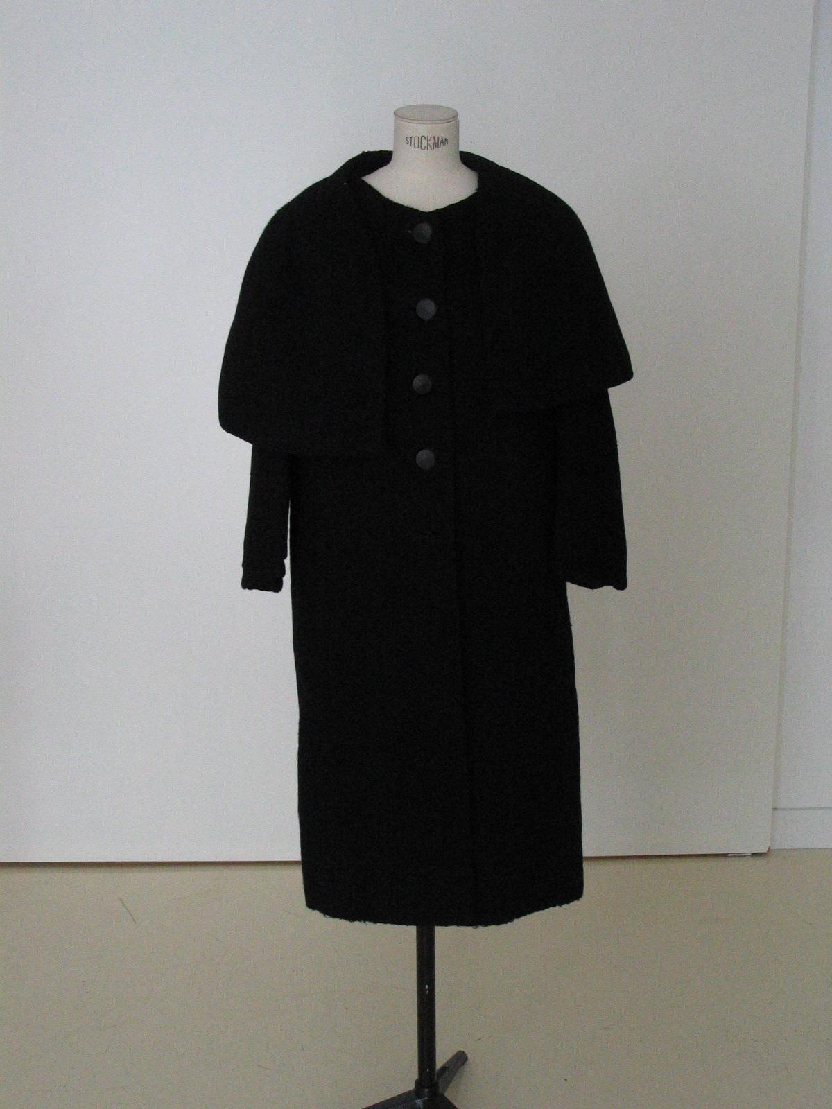 Abrigo con capelina en lana negra.