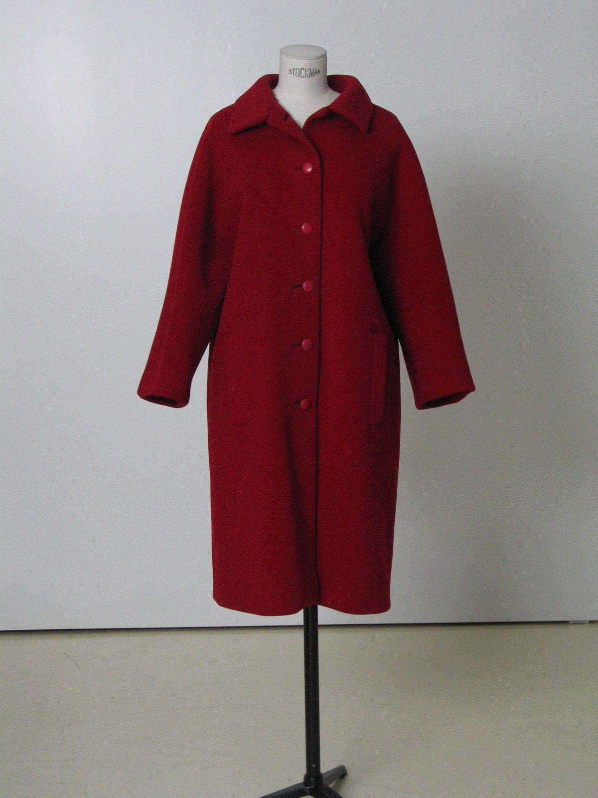 Abrigo en sarga de lana roja.