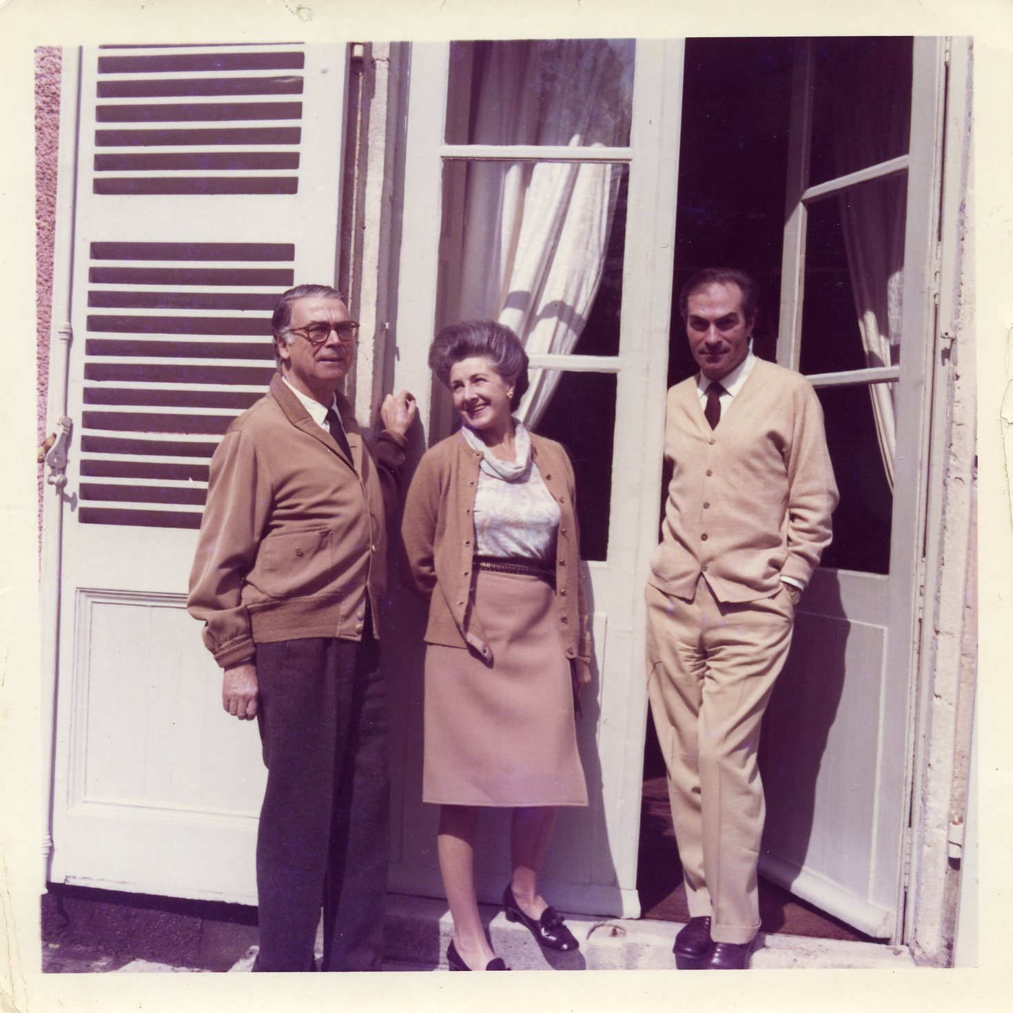 Fotografia de Cristobal Balenciaga con Ramón Esparza y Asunción Elosegui, Sra de Calparsoro.