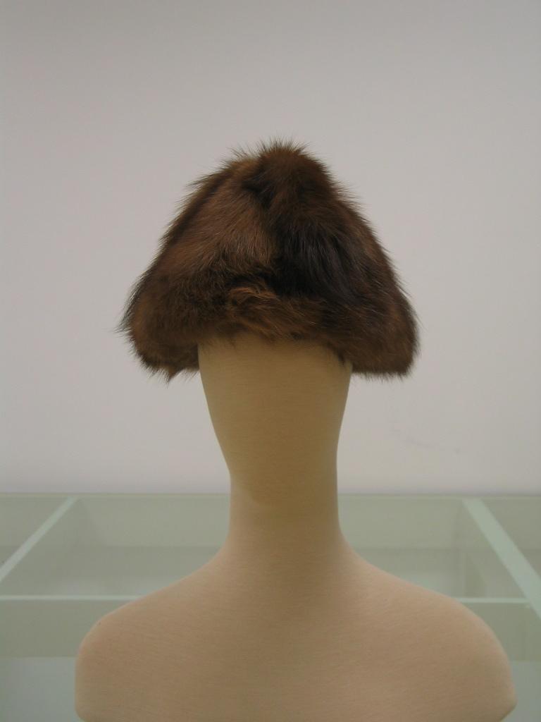 Sombrero cónico en visón, con remate de 4 colas